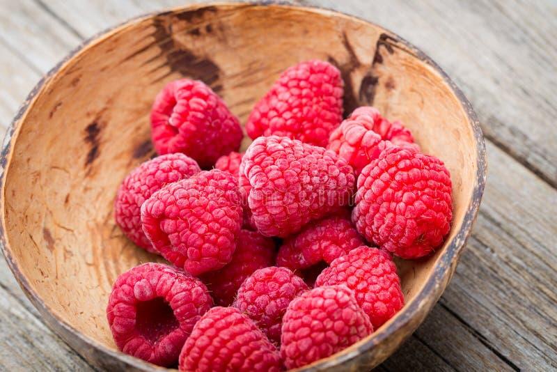 在木背景的冷冻莓 库存图片