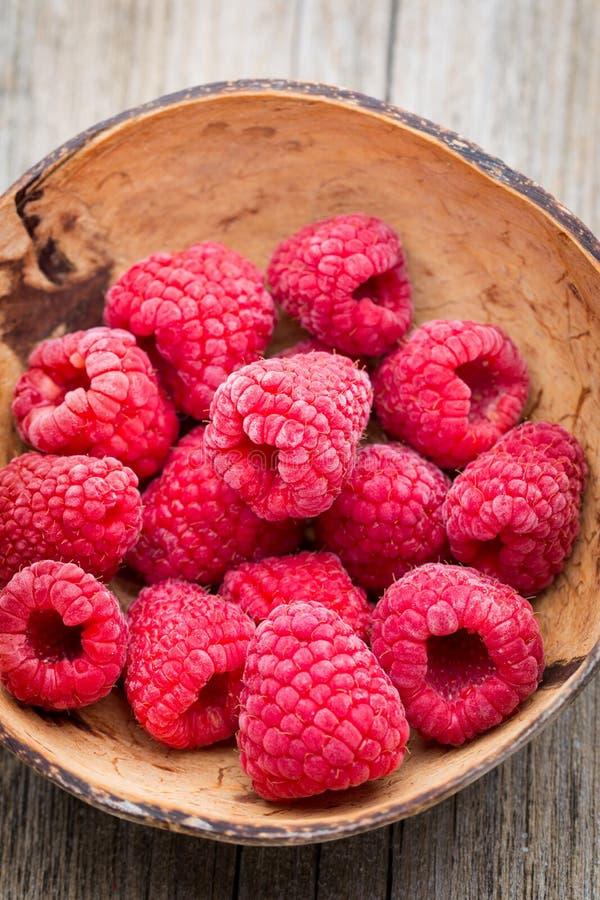 在木背景的冷冻莓 免版税图库摄影