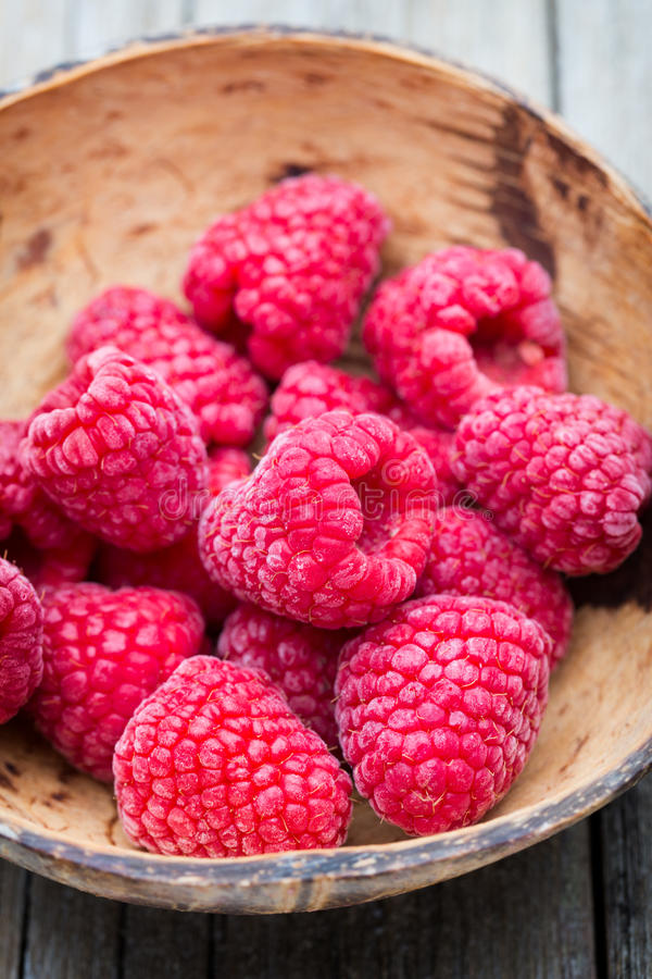 在木背景的冷冻莓 图库摄影