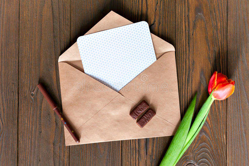 在木背景的卡拉服特信封 免版税库存照片