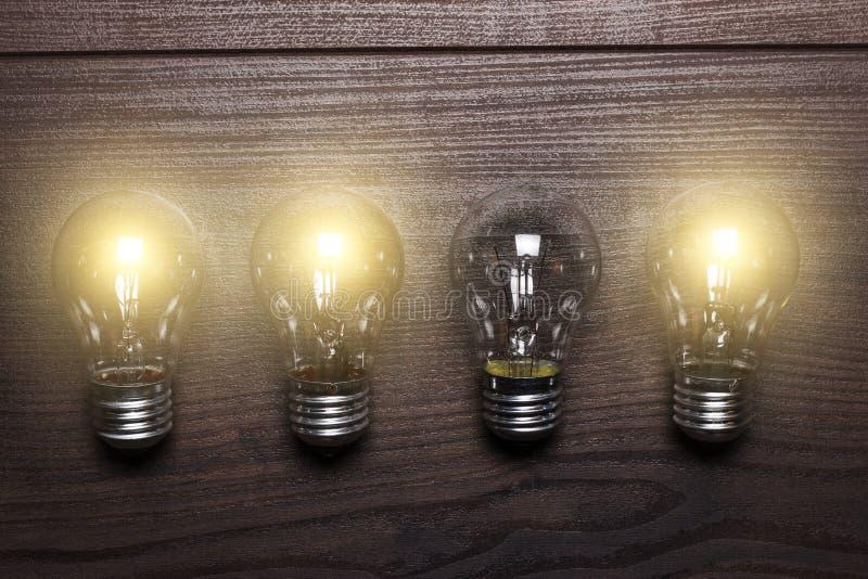在木的发光的电灯泡弱链接概念 免版税库存图片