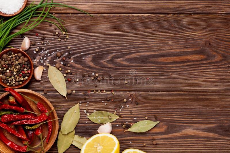在木背景的各种各样的香料 免版税库存照片