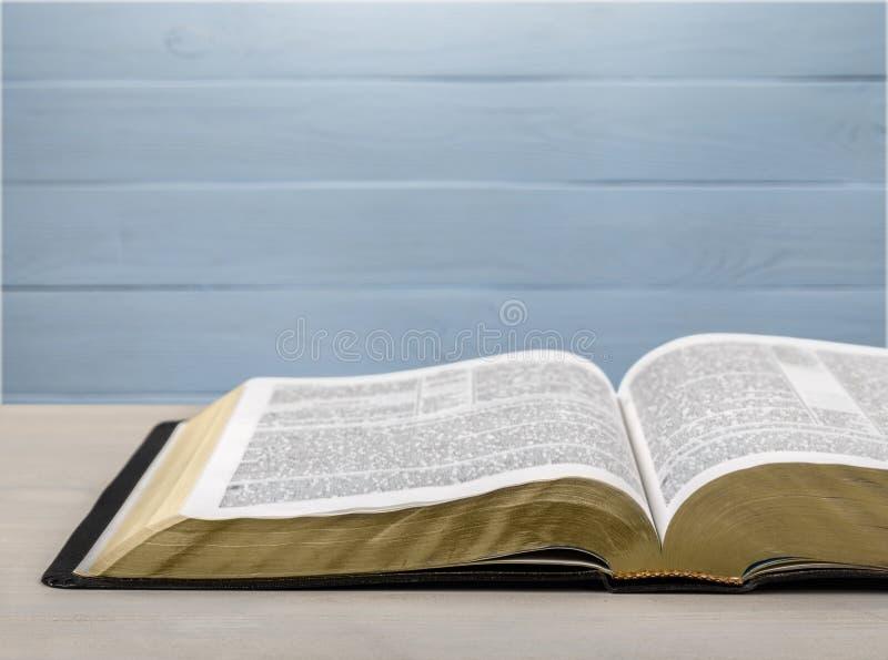 在木背景的圣经书 库存照片