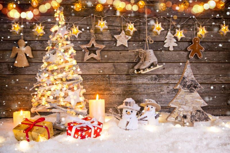 在木背景的圣诞树装饰 库存照片