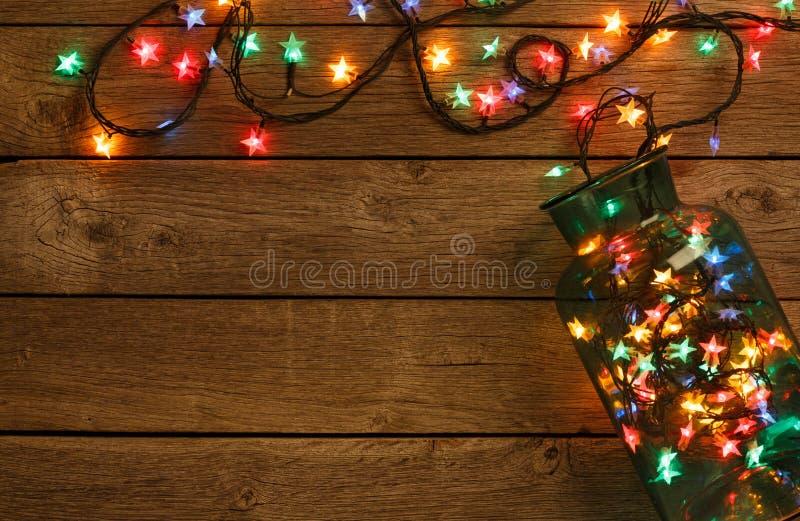 在木背景的圣诞灯边界 库存图片