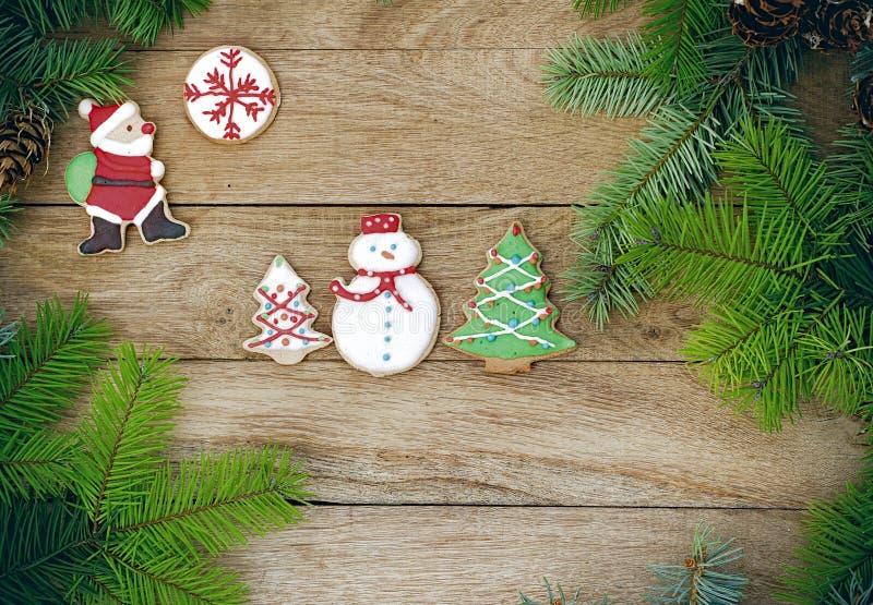 在木背景的圣诞节曲奇饼 免版税库存照片