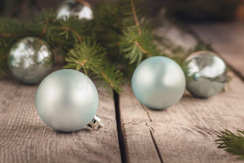 在木背景的圣诞节球与云杉分支  装饰 图库摄影