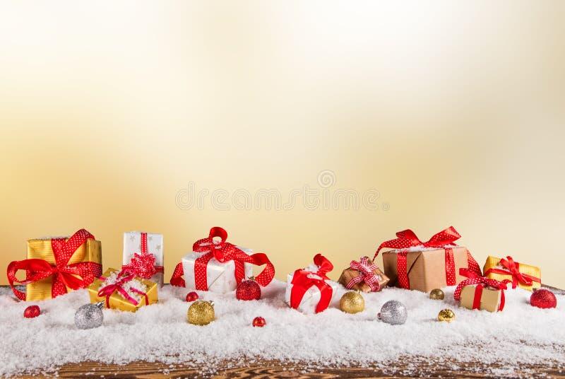在木背景的圣诞节礼物 库存照片