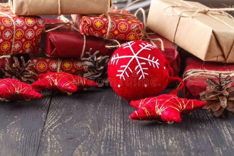 在木背景的圣诞节装饰 在木头的装饰 葡萄酒 库存图片