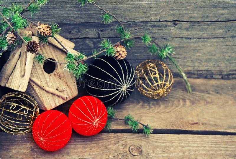 在木背景的圣诞节装饰 瓷样式球 图库摄影