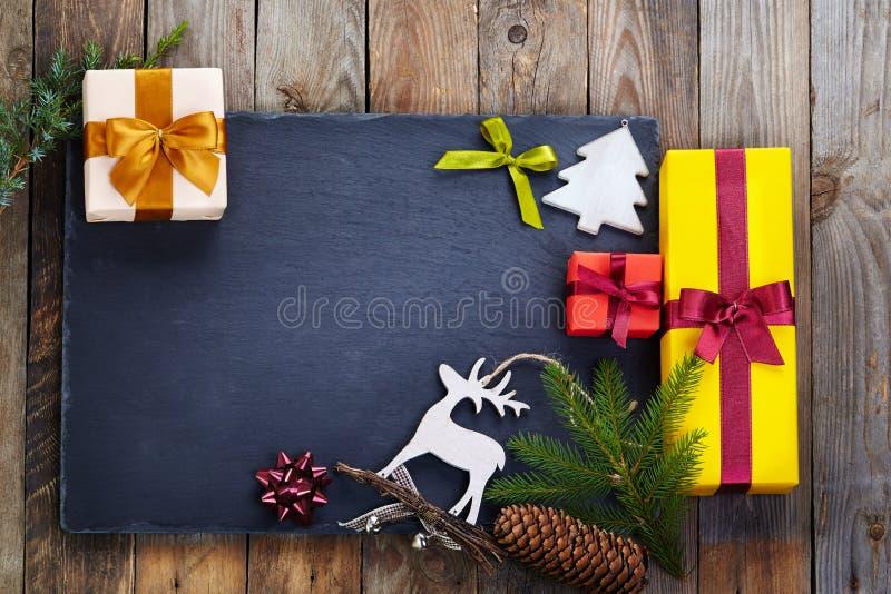 Download 在木背景的圣诞节装饰 库存照片. 图片 包括有 特写镜头, 庆祝, 欢乐, 背包, 减速火箭, 圣诞老人 - 62528692