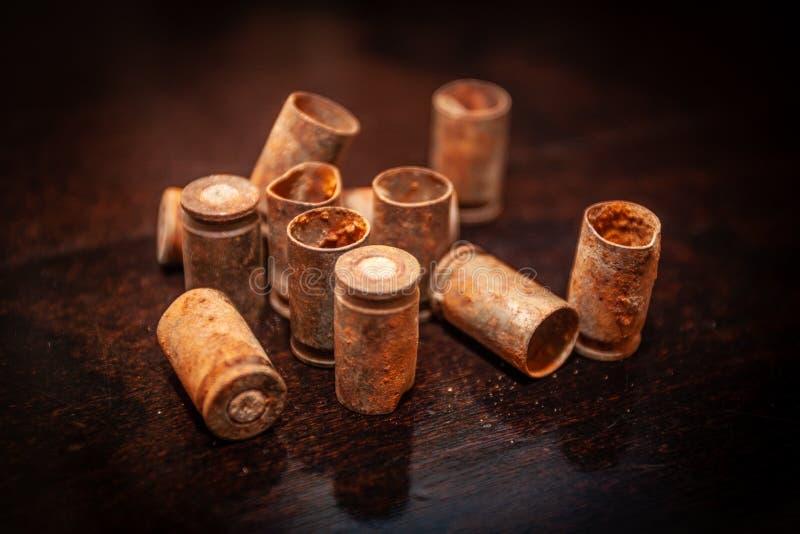 在木背景的堆空的子弹壳 免版税库存图片