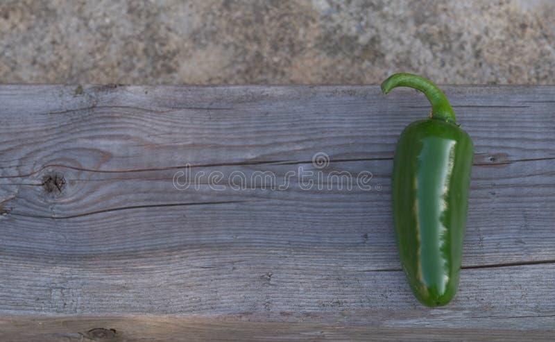 在木背景的墨西哥胡椒胡椒 免版税库存照片