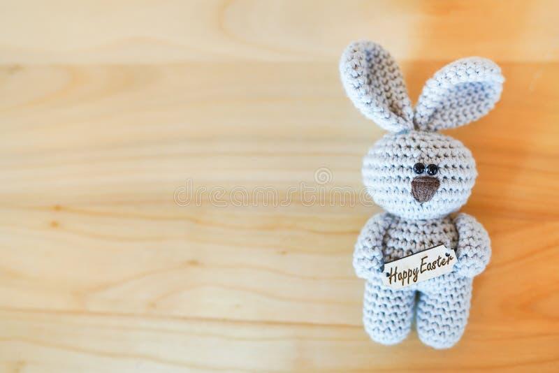 在木背景的复活节兔子与拷贝空间 蓝色玩具 传统,愉快的复活节假日 库存图片