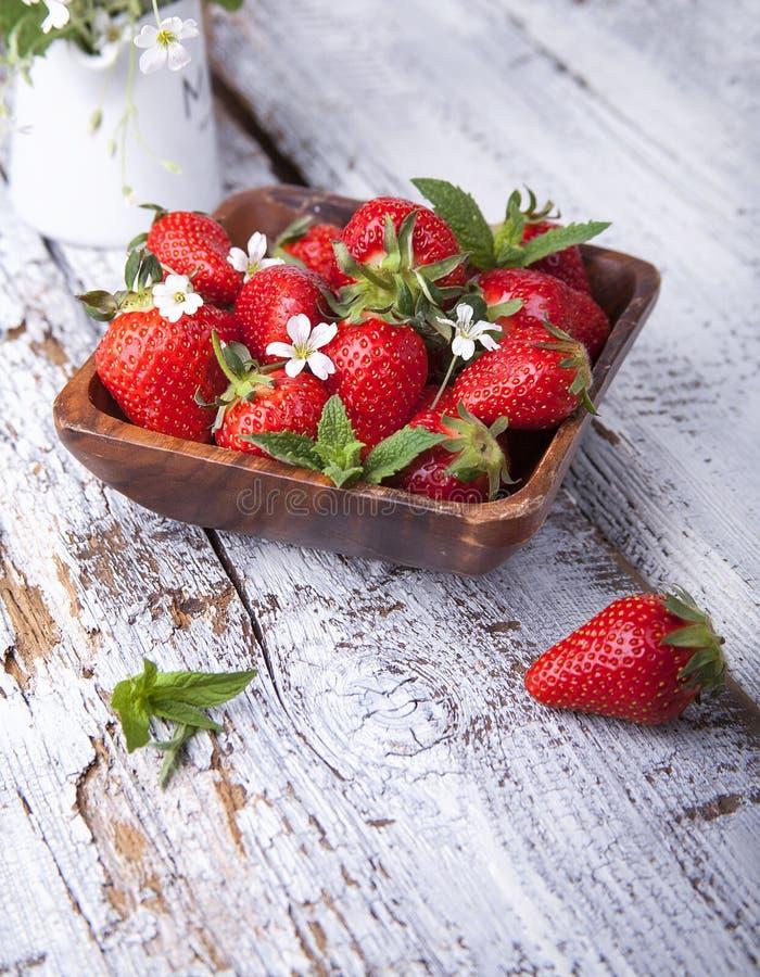 在木背景的夏天莓果 库存照片
