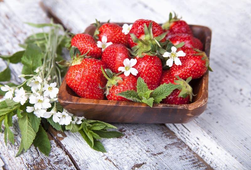 在木背景的夏天莓果 库存图片