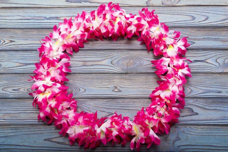 在木背景的夏威夷花圈 免版税图库摄影