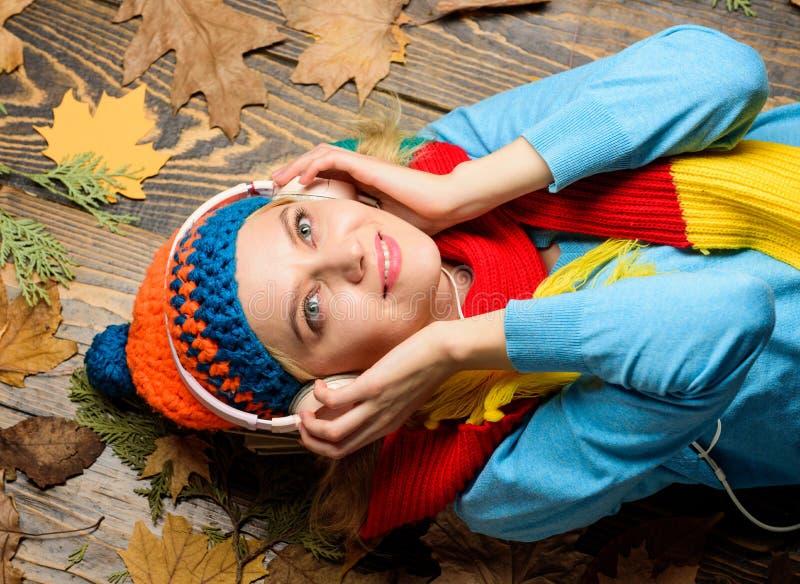 在木背景的女孩快乐的面孔位置有叶子顶视图 秋天舒适大气 秋天和秋天季节 秋天 库存照片