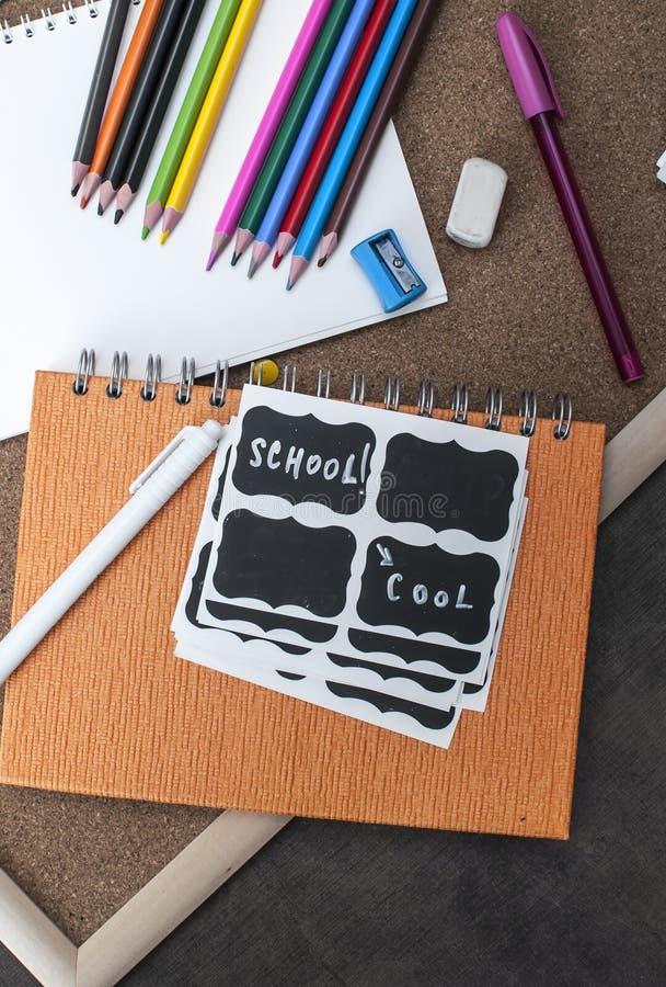 在木背景的学校用品 免版税库存图片