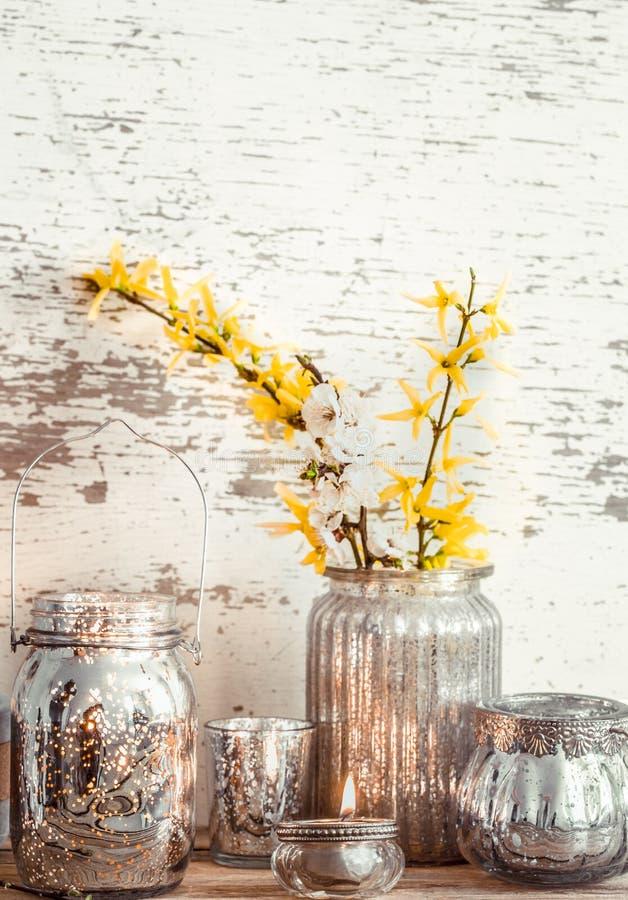 在木背景的家庭装饰与春天花 免版税库存图片