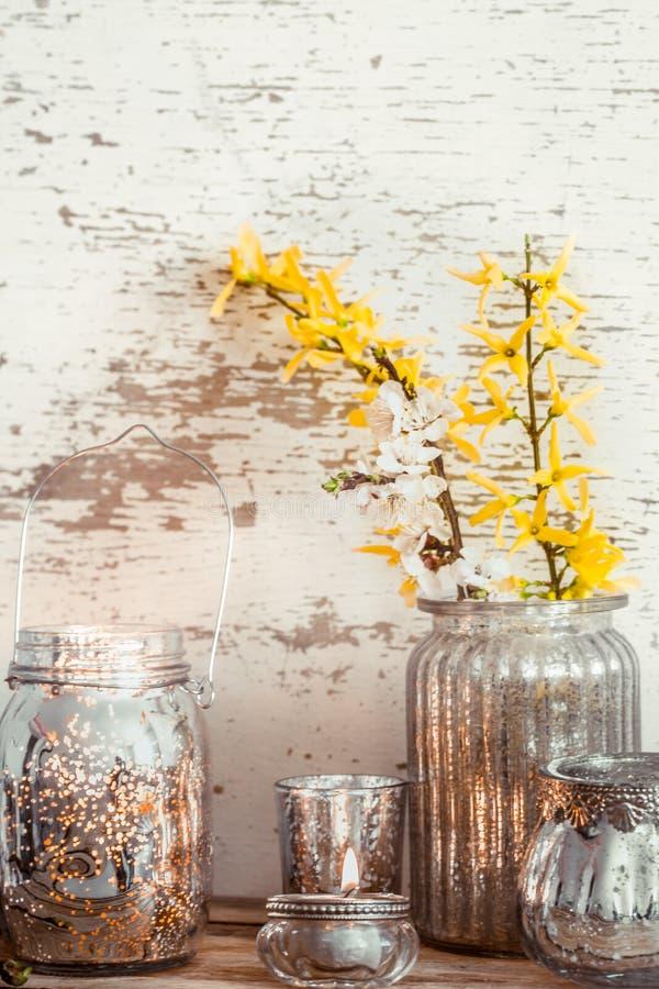 在木背景的家庭装饰与春天花 免版税库存照片