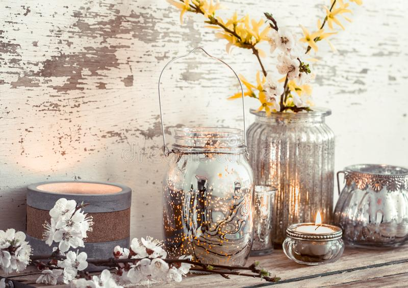 在木背景的家庭装饰与春天花 图库摄影
