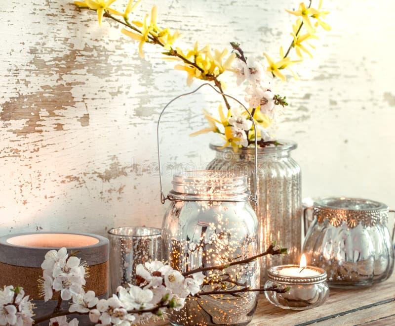 在木背景的家庭装饰与春天花 库存照片