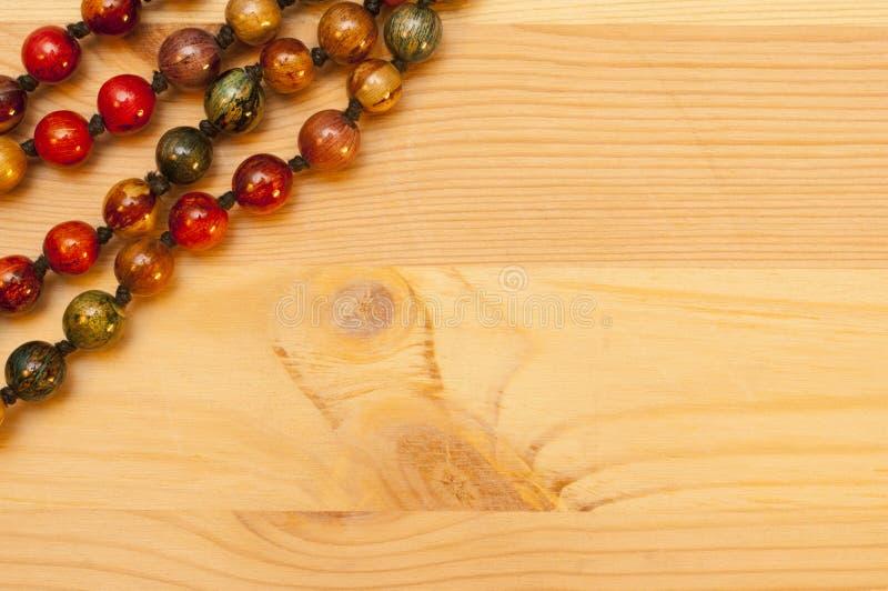 Download 在木背景的小珠 库存图片. 图片 包括有 风土化, 工艺, 背包, 圈子, 礼品, 珠宝, 配件箱, 文化 - 62538059