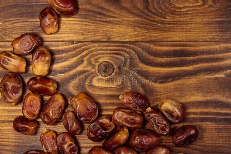 在木背景的干旱时期果子 r 免版税库存图片