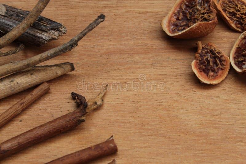 在木背景的干材料平展放置照片 免版税库存照片
