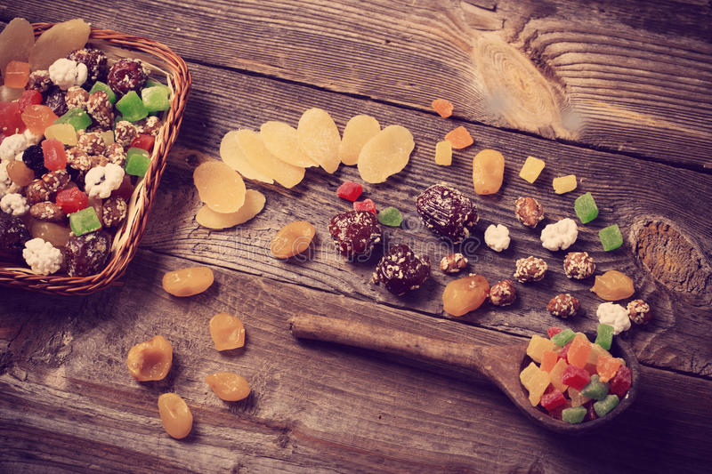 Download 在木背景的干果子 库存照片. 图片 包括有 背包, 击碎, antonella, 卡路里, 接地, 特写镜头 - 62532554