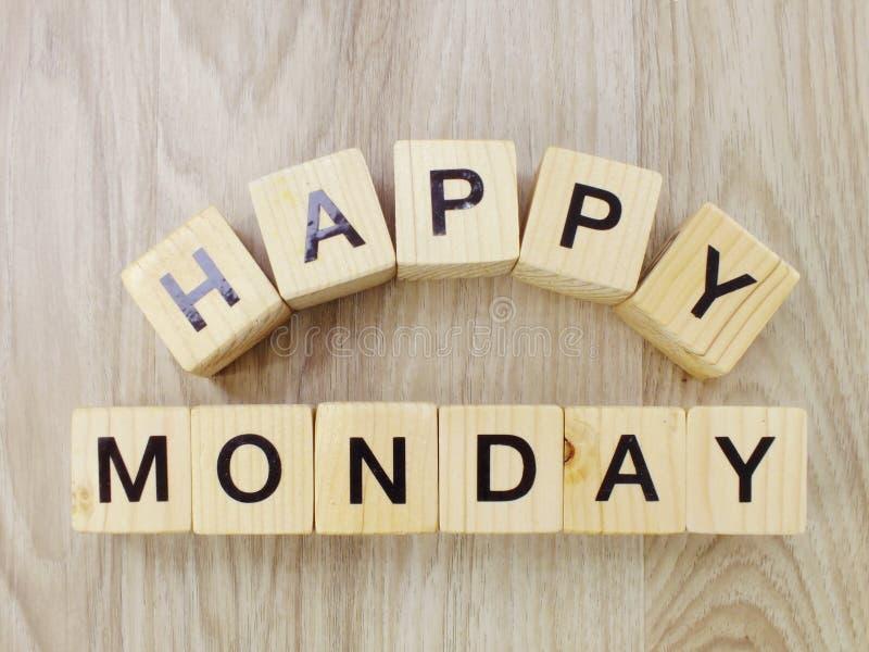 在木背景的愉快的星期一木信件字母表 库存照片