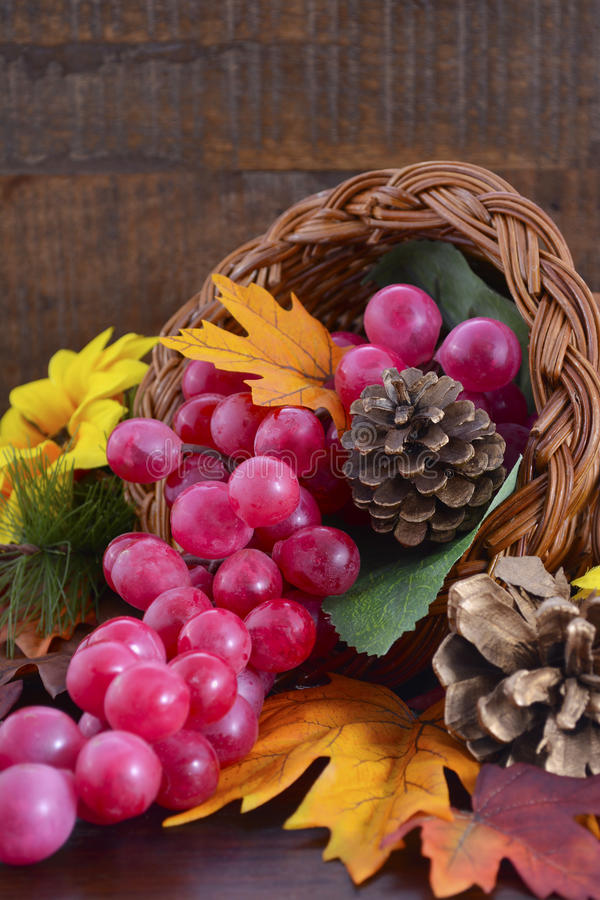 在木背景的感恩聚宝盆 库存图片