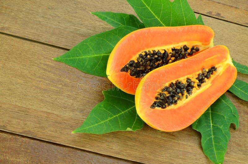 在木背景的成熟番木瓜 免版税图库摄影