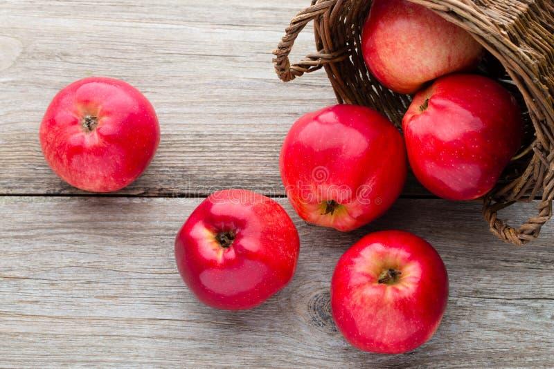 在木背景的成熟红色苹果 库存照片