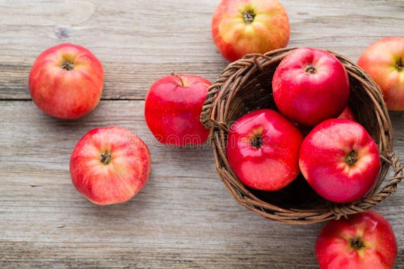 在木背景的成熟红色苹果 图库摄影