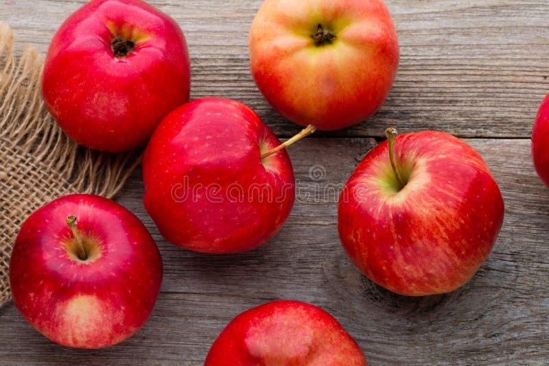 在木背景的成熟红色苹果 库存图片
