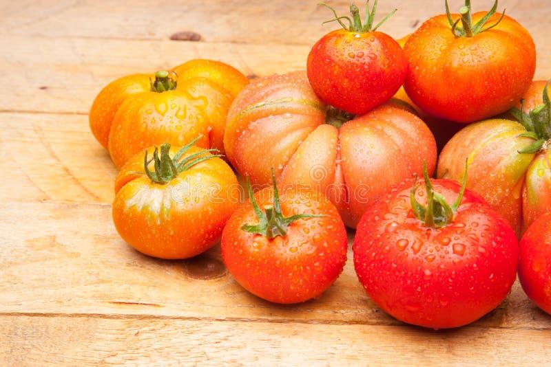 在木背景的成熟蕃茄 图库摄影