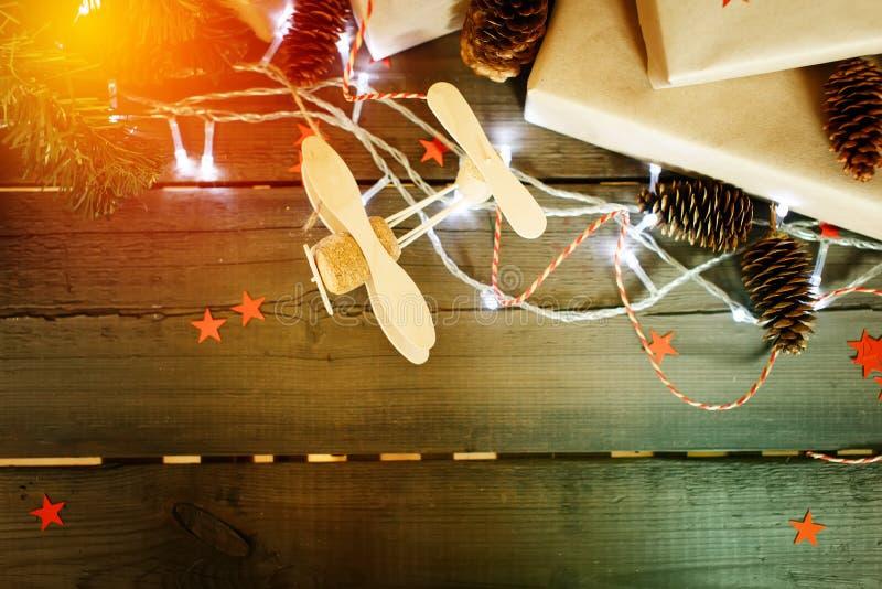 在木背景的手工制造圣诞节构成 免版税库存图片