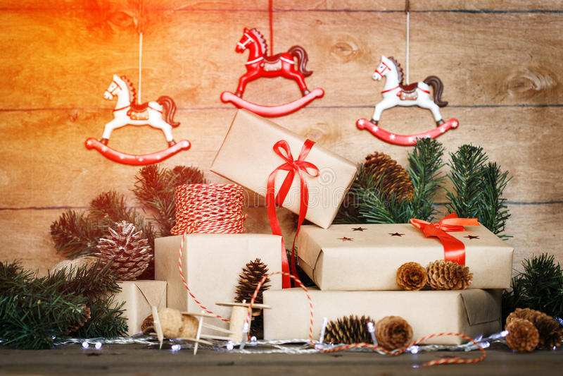 在木背景的手工制造圣诞节构成 库存照片