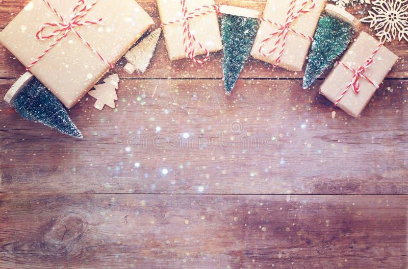在木背景的手工制造礼物盒 免版税库存照片