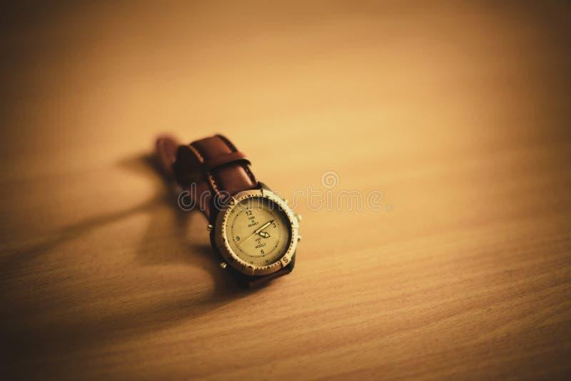 在木背景的手表 免版税库存图片
