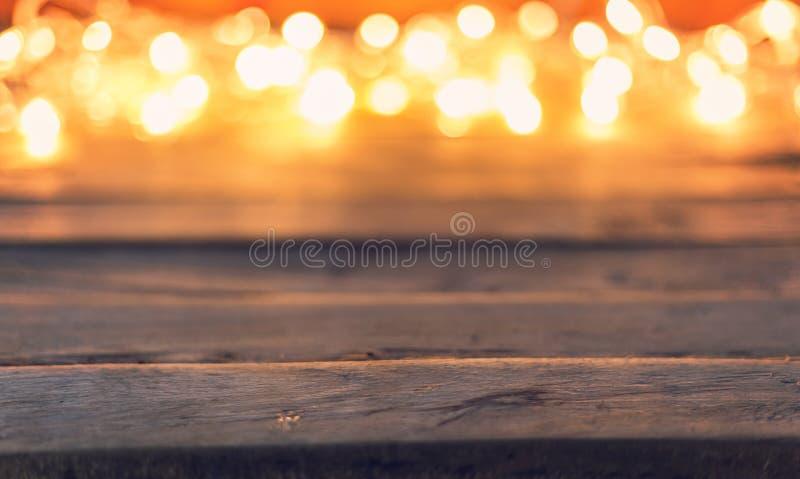 在木背景的抽象圣诞灯bokeh与空间 免版税库存照片