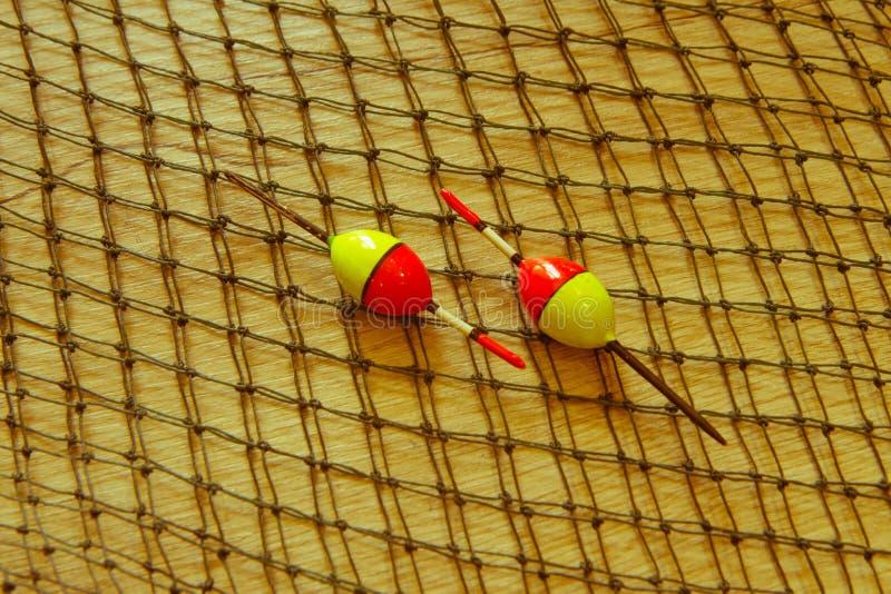 在木背景的捕鱼设备 钓鱼的辅助部件 免版税库存图片