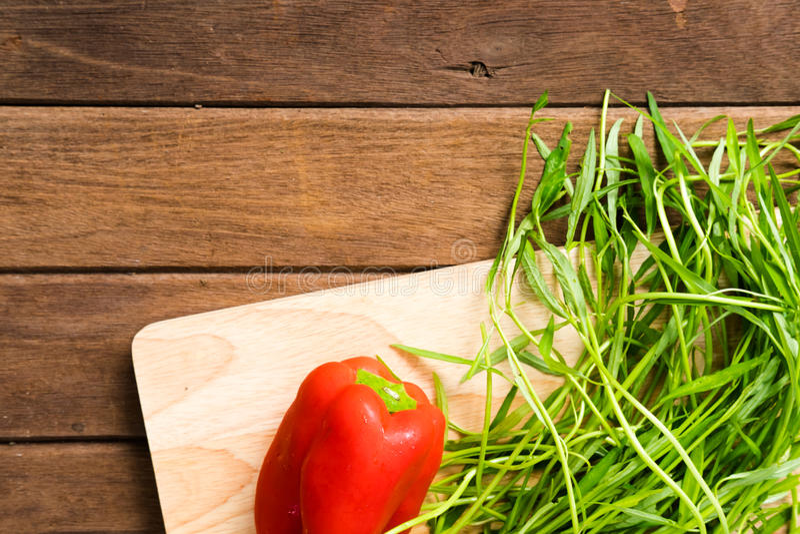 在木背景的新鲜的有机菜 免版税库存照片