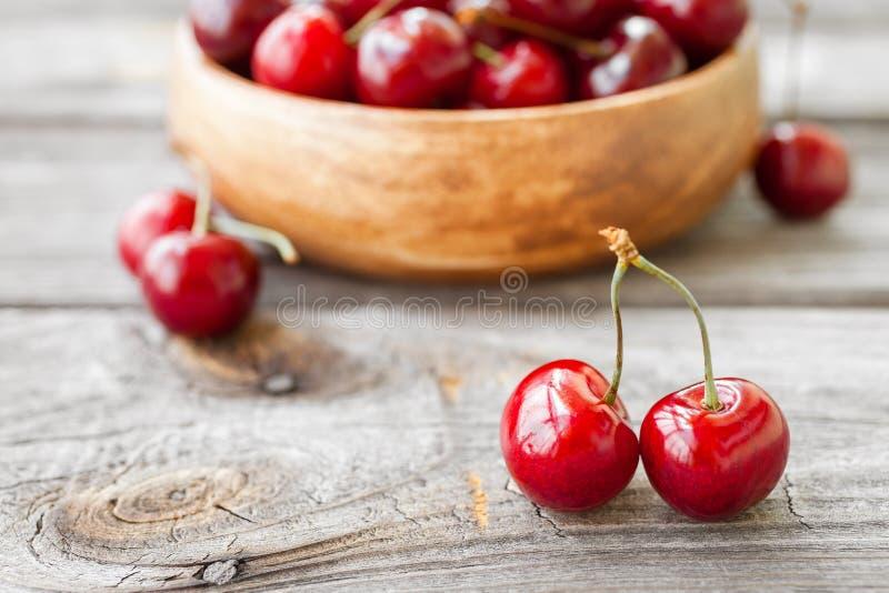 在木背景的新鲜的樱桃 红色成熟樱桃 库存图片