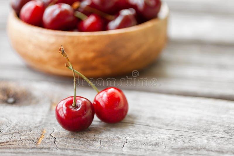 在木背景的新鲜的樱桃 红色成熟樱桃 免版税库存照片