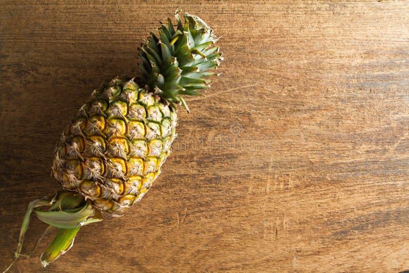在木背景的新鲜的菠萝 图库摄影