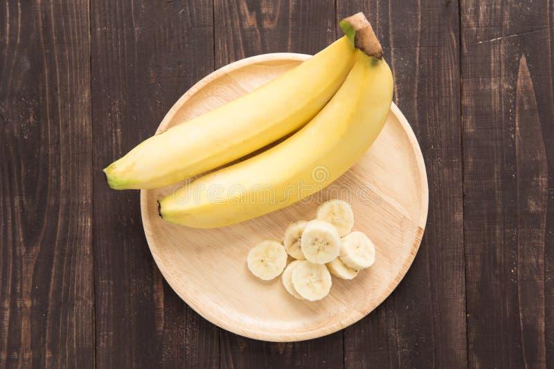 在木背景的新鲜的香蕉 免版税库存图片
