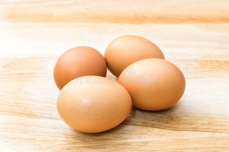 在木背景的新鲜的鸡蛋 免版税库存照片